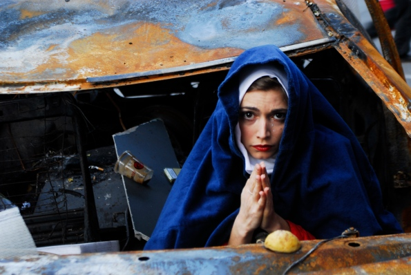 Foto di Valentina Perniciar _Tra le macerie di Atene in rivolta nel dicembre 2008, mi sono imbattuta in una madonna che piangeva Alexis, ucciso a 15 anni dalla polizia_