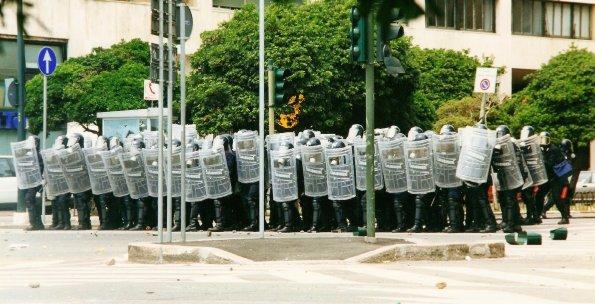 Foto di Valentina Perniciaro _le testuggini dello stato, che avevano appena ucciso Carlo Giuliani_