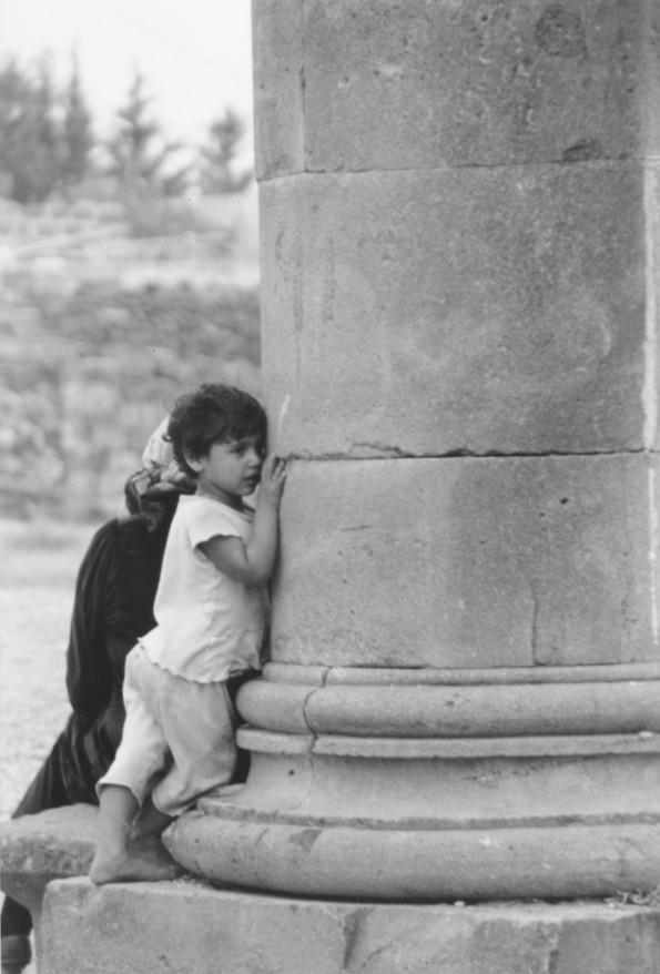 Bosra, Siria. Una bimba e la sua colonna