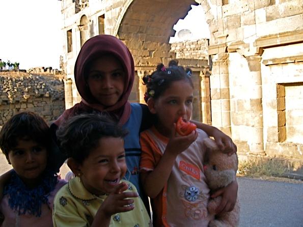 Foto di Valentina Perniciaro -bimbi, capitelli e archi nabatei_