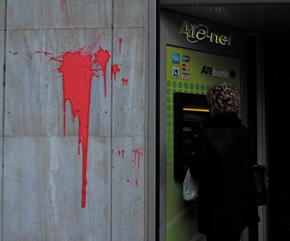 Foto di Valentina Perniciaro_ Sabato mattina, a pochi passi da Propylea, alcuni bancomat e vetrine iniziano a funzionare. Molti centri commerciali e banche invece sono completamente distrutti. Alcuni palazzi sono bruciati completamente.