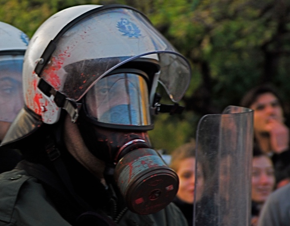 Foto di Valentina Perniciaro _Atene, M.A.T., reparti speciali antisommossa in difesa di un provocatorio e ridicolo albero di natale a Syntagma.