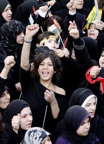 Foto di Ramzi Haidar _Donne velate e non all'Ashura di Beirut_