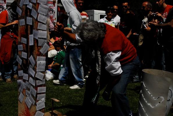 Foto di Valentina Perniciaro _Totem contro le morti sul lavoro_