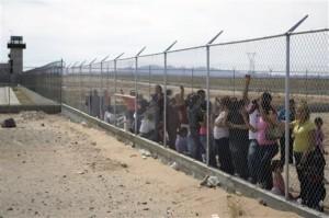 Foto di Miguel Tovar (AP Photo) Ciudad Juarez, parenti dei detenuti fuori dal carcere