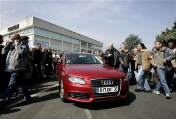 La macchina di Nicolas Polutnik, circondata dai lavoratori  (AP Photo/Laurent Cipriani)