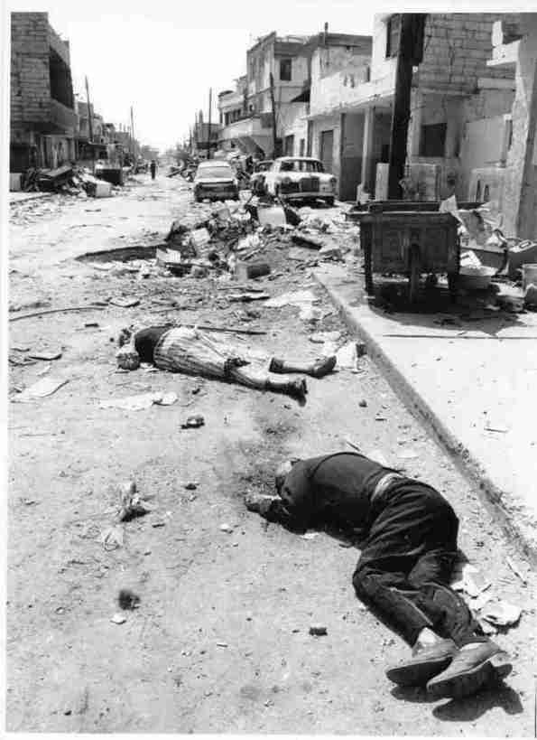 Le strade dei campi palestinesi di Sabra e Chatila quando , due giorni dopo, i primi internazionali sono potuti entrare