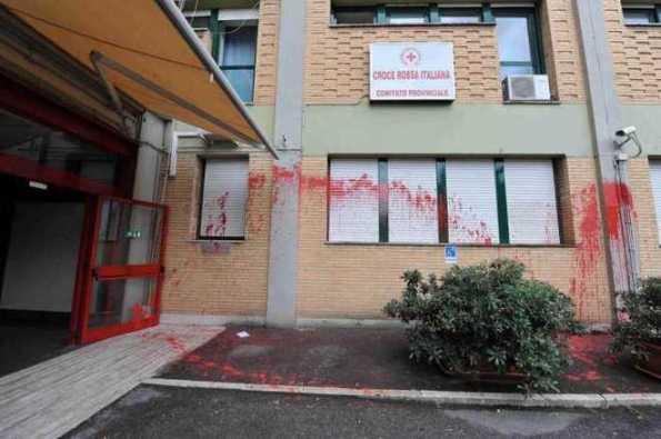 In foto la sede della Croce di Rossa di Roma, attaccata da lanciatori di palloncini ed escrementi questa mattina. La Croce Rossa è complice nella gestione dei Centri di identificazione ed Espulsione