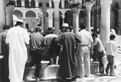 Foto di Valentina Perniciaro _abluzioni prima della preghiera nella Grande Moschea di Damasco_