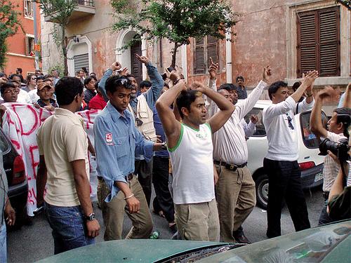 MIgranti in corteo per le strade del Pigneto
