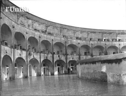 Il carcere di Santo Stefano, prima della costruzione del cordolo in cemento al terzo piano