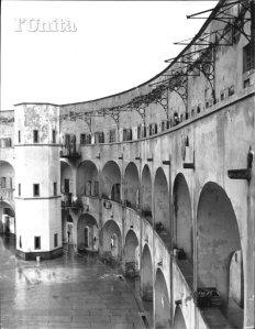 L'interno del panoptico, prima della costruzione del cordolo di cemento al terzo piano. (Che proteggeva i detenuti del terzo anello dal sole, ma che sta ora distruggendo col suo peso le arcate sottostanti)