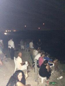 La foto è scattata dal giornalista danese Allan Sorensen a Sderot... una sera di luglio, ad osservar felici la morte